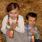 Kinder trinken aus Bio-Strohhalmen